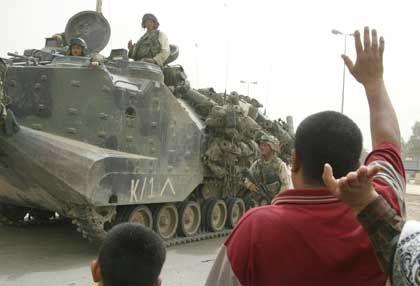 Iraker begrüßen einmarschierende US-Soldaten in Bagdad