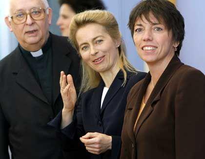"""Kardinal Sterzinsky (l-r), Ministerin von der Leyen und Landesbischöfin Käßmann: """"Tür weit offen"""""""
