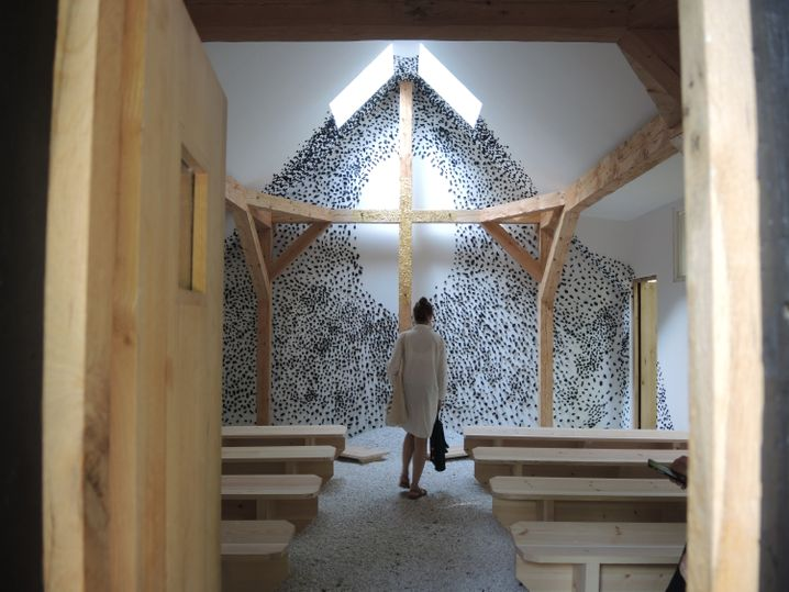 Eine Besucherin von zehn Kapellen auf der Insel San Giorgio Maggiore.