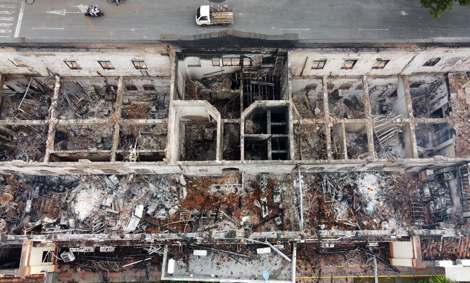A mob sets fire to the Palace of Justice in the Colombian city of Tulua