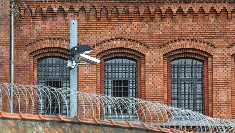 Vergitterte Fenster der Justizvollzugsanstalt (JVA) Plötzensee in Berlin