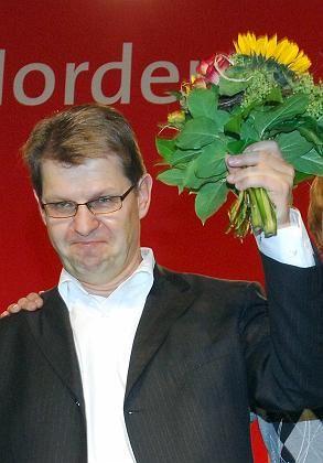 """Der SPD-Landesvorsitzende Ralf Stegner nach seiner Wahl zum Spitzenkandidaten für die Landtagswahl 2010: """"Grüner Blumenstrauß und Rot-Rote Perspektiven"""""""