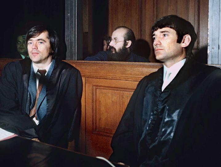 Linksextremist Mahler (M.) 1972 vor Gericht mit seinen Anwälten Hans-Christian Ströbele und Otto Schily