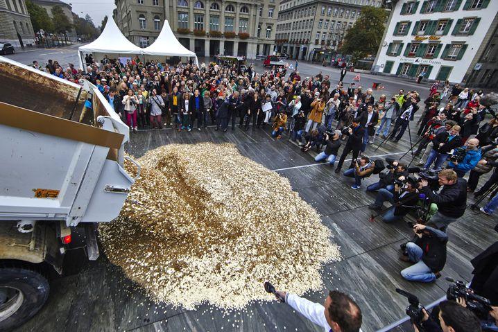 Bern, Oktober 2013: Acht Millionen Fünf-Rappen-Münzen vor das Schweizer Parlament gekippt - für jeden Einwohner der Schweiz eine