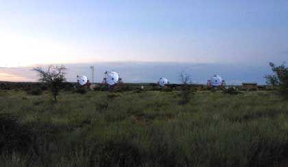 Supernova-Späher im Hochland von Namibia: Seit Ende 2003 arbeiten die vier Teleskope
