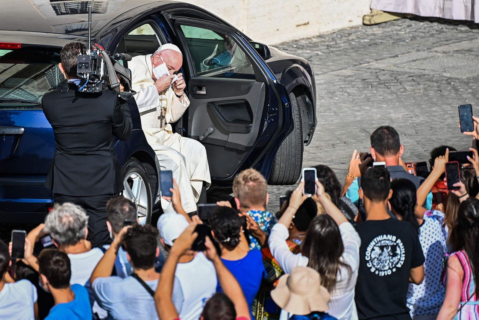 TOPSHOT-VATICAN-HEALTH-VIRUS-RELIGION-POPE-AUDIENCE