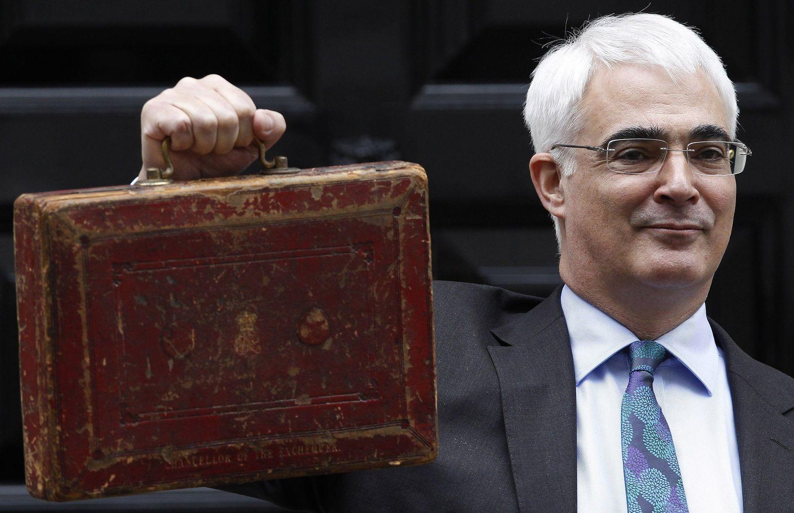 Alistair Darling mit Koffer