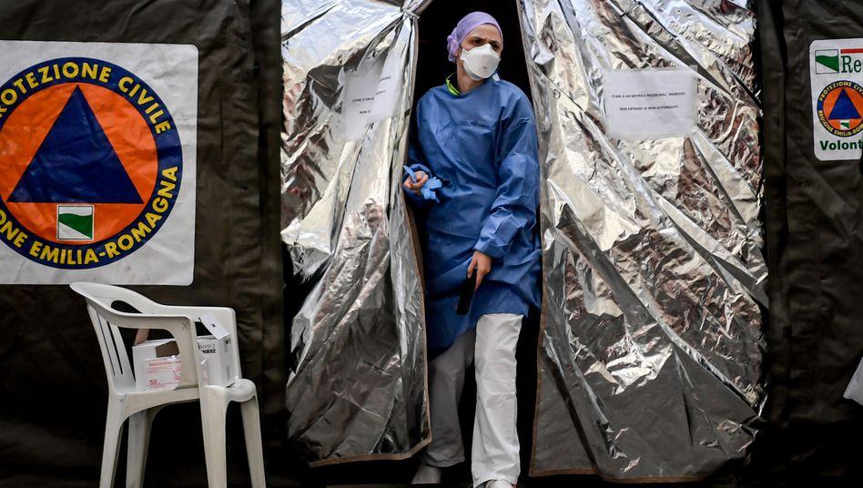 Ein Mediziner verlässt in der italienischen Stadt Piacenza ein Zelt, das vor der Notfallstation eines Krankenhauses errichtet wurde. Italien ist besonders vom Coronavirus betroffen