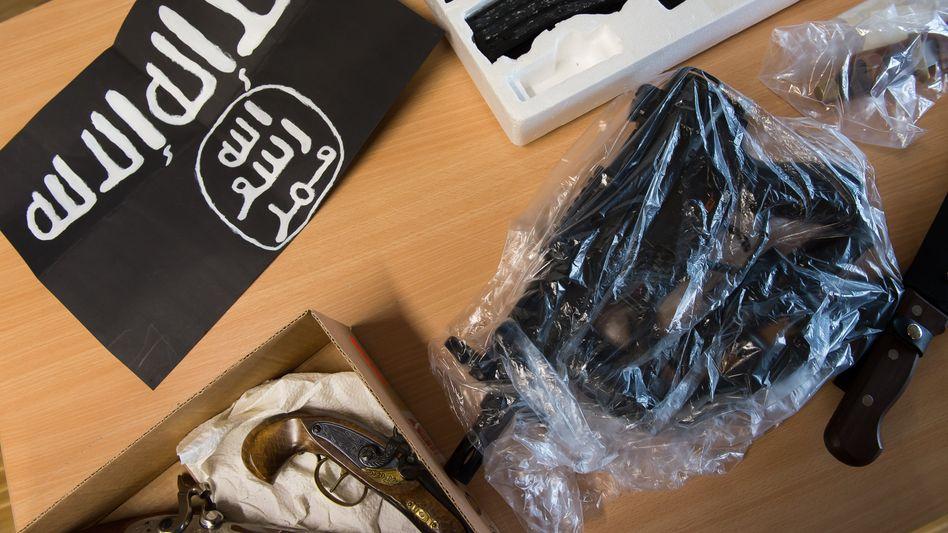 Beschlagnahmte Gegenstände nach Razzia in Göttingen