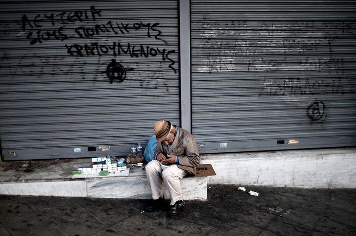 Rentner in Athen beim Verkauf von Taschentüchern: Folge der Schuldenkrise