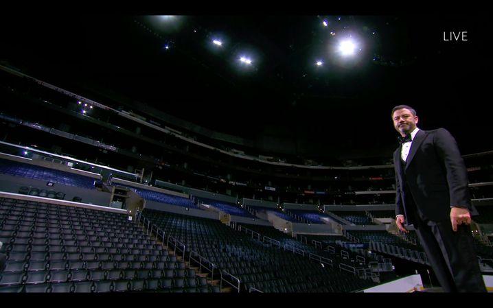 Im vergangenen Jahr wurden die Emmys in einem leeren Saal vergeben, die Preisträger und Nominierten waren nicht anwesend, sondern auf Bildschirmen zugeschaltet. Jimmy Kimmel moderierte.