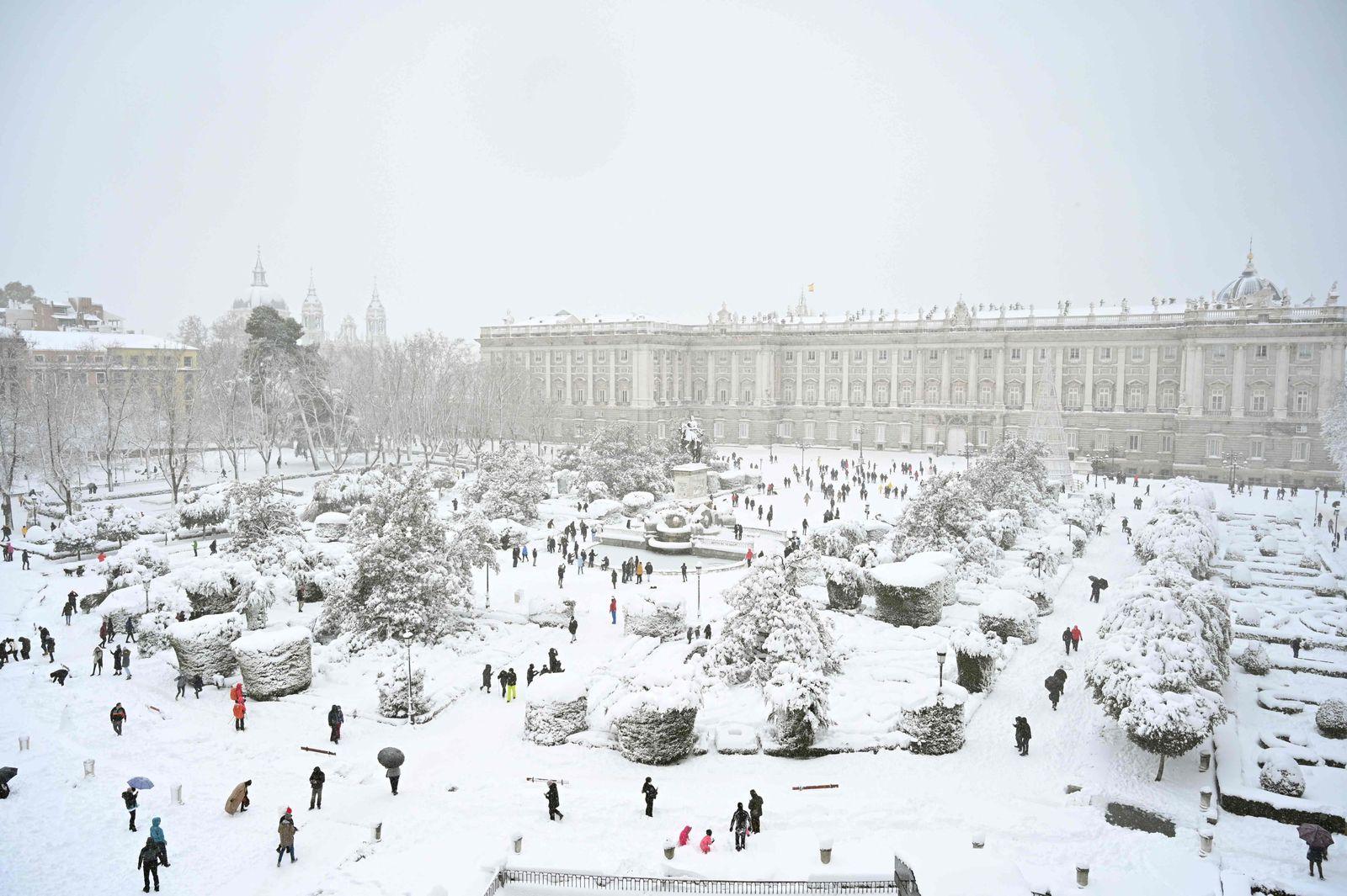 TOPSHOT-SPAIN-WEATHER-SNOW