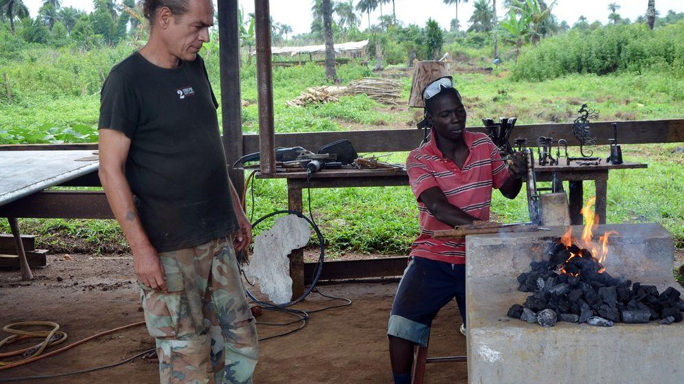 Liberia: Kunst aus Waffenschrott