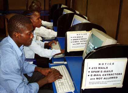 Internet-Cafe in Lagos, Nigeria: An jedem Platz hängen Warnungen vor dem Versand von Betrugs-E-Mails