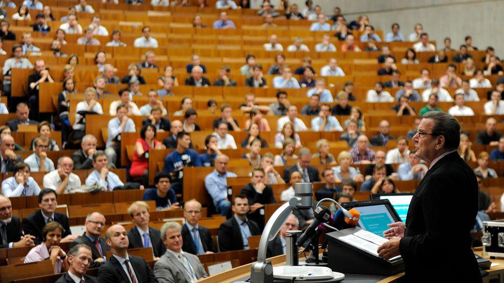 Agenda-2010-Auftritt: Lafontaine lauscht Schröder