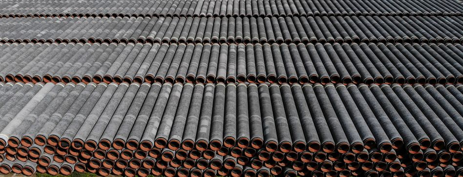 Rohre für die Ostseepipeline im Hafen Sassnitz-Mukran (September 2020). Am ersten Dezember-Samstag soll der unterbrochene Bau fortgesetzt werden
