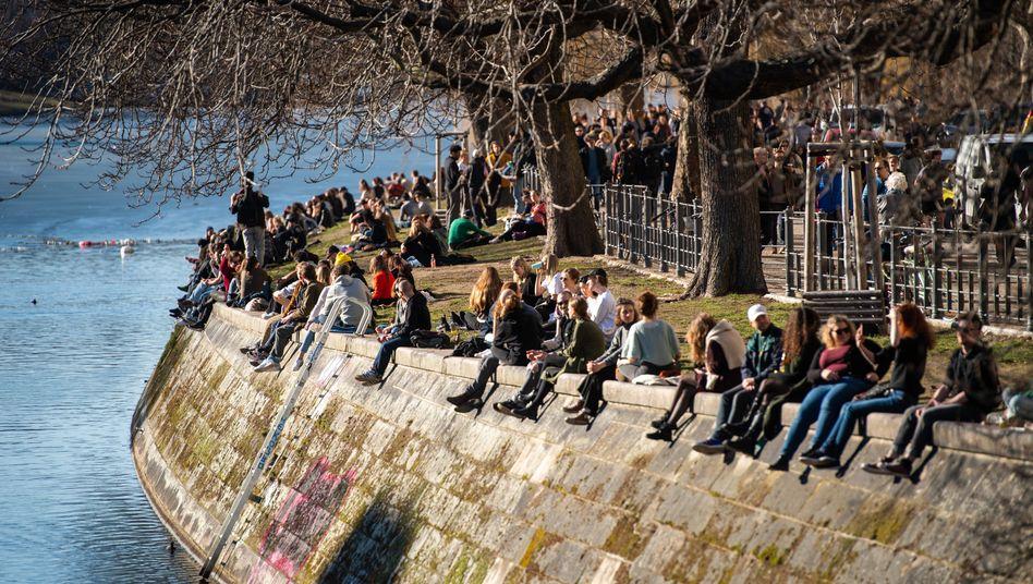 Berlin im Februar 2021: Menschen genießen am Landwehrkanal das Wetter