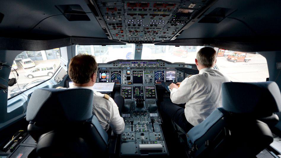 (Rein männliche) Cockpit-Crew der Lufthansa (Archiv): »Prozess, der einen gewissen Zeitraum einnimmt«
