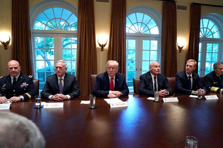 Trump mit Militärs im Oktober 2017