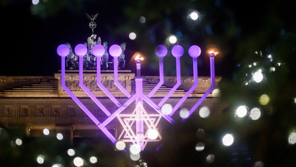 Jüdischer und christlicher Festschmuck in Berlin im vergangenen Dezember