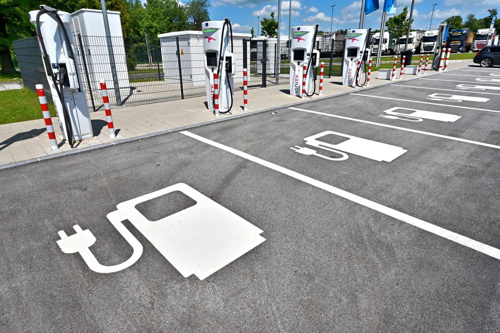 E-Auto Ladestation. Schnellladestationen für Elektro-Autos auf der Raststätte Samerberg Nord an der Autobahn A8 Salzburg