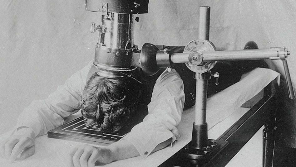 Riskante Sache: Das auf Wilhelm Conrad Röntgen zurückgehende Röntgenverfahren war anfangs langwierig – und gefährlich, denn die Strahlung war extrem hoch dosiert