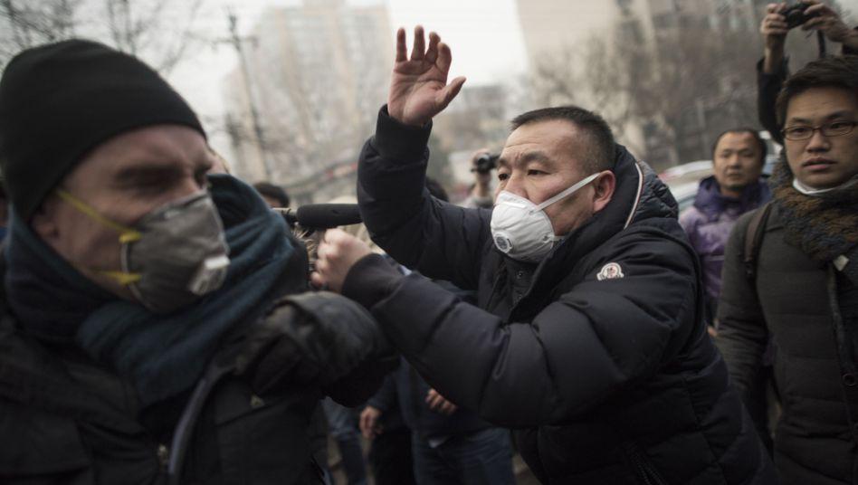 Protest vor dem Gerichtsgebäude: Schlagen, stoßen wegdrängen