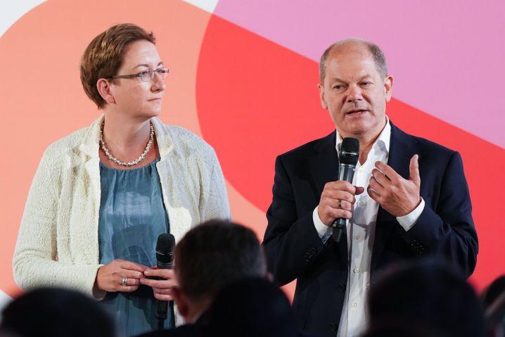 Klara Geywitz und Olaf Scholz bei der Regionalkonferenz in Bernburg in Sachsen-Anhalt