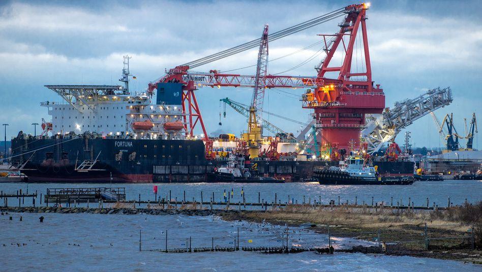 Verlegeschiff Fortuna im Hafen von Wismar: Die USA wollen die Bauarbeiten an der Pipeline mit Sanktionen aufhalten