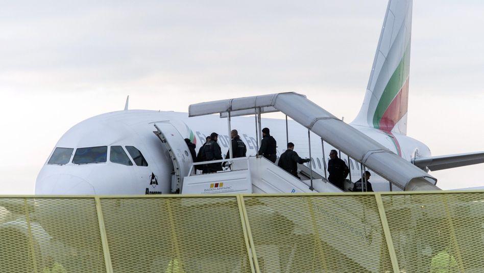 Abschiebung per Flugzeug (am Baden-Airport in Rheinmünster): Die meisten Fälle betrafen im vergangenen Jahr serbische Staatsbürger
