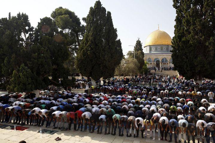 Palästinenser beten in Jerusalem im Innenhof der Aksa-Moschee