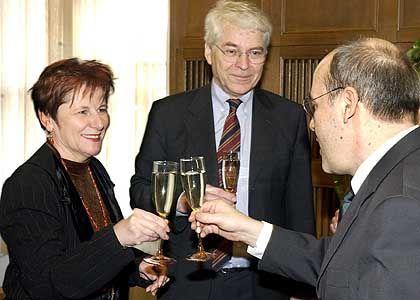 """""""Einen Aufbruch sehe ich noch nicht"""" - Berlins Staatssekretärin für Frauenfragen, Hildegard Maria Nickel (l.), mit ihrem Dienstherren Gregor Gysi (r.)"""