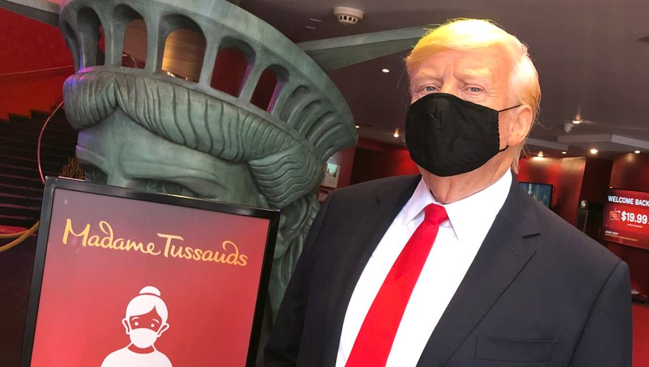 Begrüßung mit Mund-Nasen-Schutz: Die Wachsfigur von Donald Trump in Manhattan