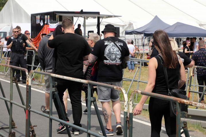 Teilnehmer des Rechtsrock-Festivals auf dem Weg zum Veranstaltungsgelände
