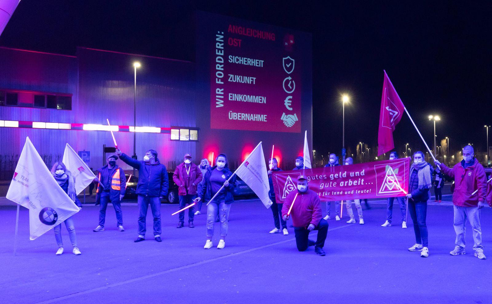 Warnstreik bei BMW Group Werk Leipzig Zum Schichtende stehen Gewerkschafter der IG Metall zum Warnstreik mit Fahnen und