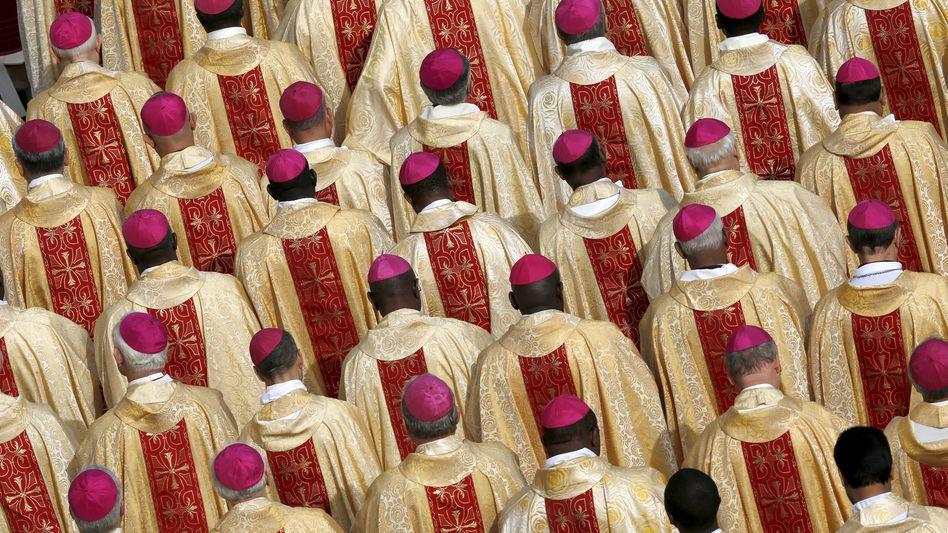 Bischöfe auf dem Petersplatz: Diskussionen zwischen Lehre und Leben