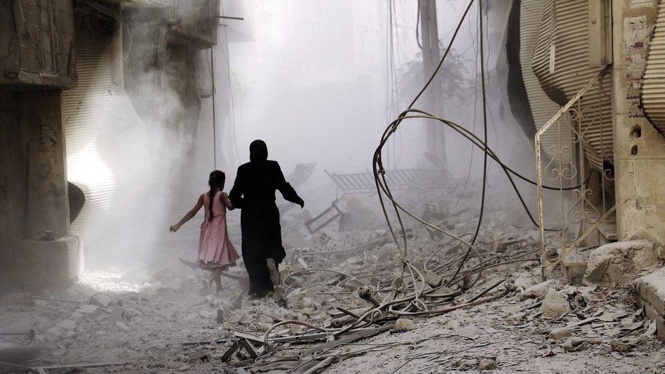 Bewohnerinnen von Duma bei Damaskus nach einem Luftangriff