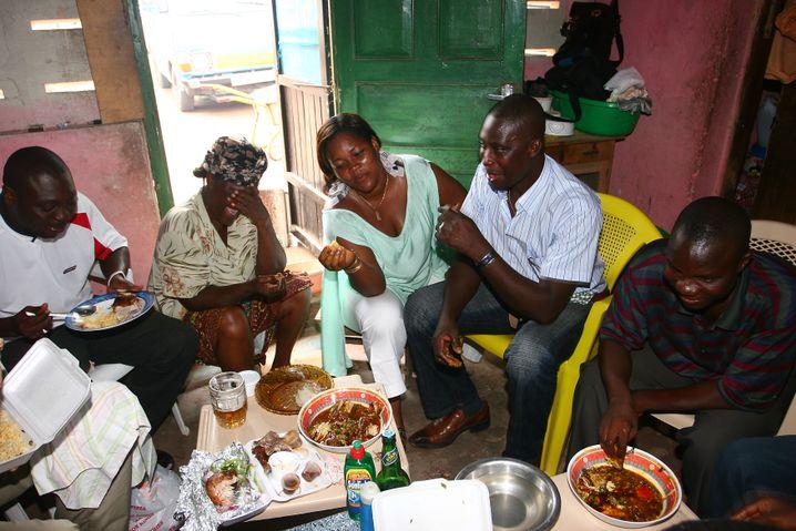 Rückkehrer Ampan (2. von rechts): Empfang bei seiner Schwiegermutter