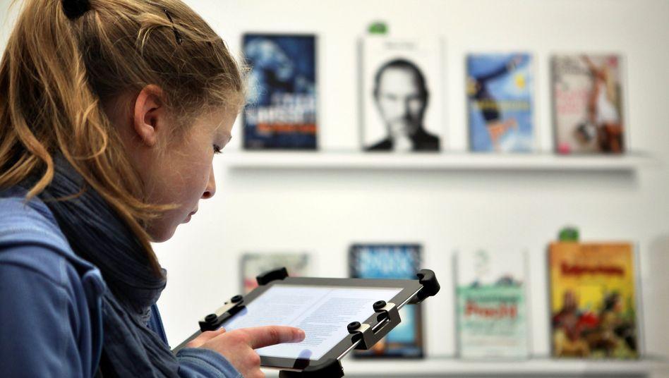 Leserin mit E-Book: Doch ein Kulturflatrate?