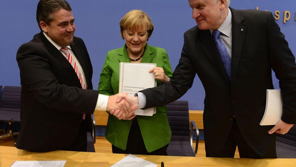 Gabriel, Merkel, Seehofer mit Koalitionsvertrag: Deutsche hätten sich Schuldenabbau gewünscht