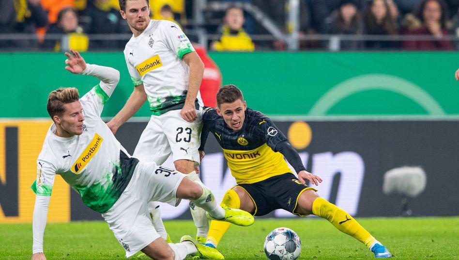 Kampf um den Ball: Nico Elvedi gegen Thorgan Hazard vom BVB
