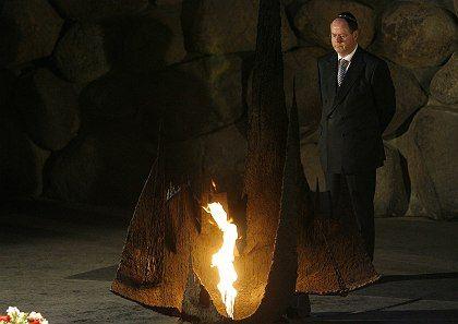 German Finance Minister Peer Steinbrück visited the Yad Vashem Holocaust Memorial on Thursday.