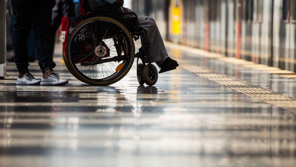 Ein Rollstuhlfahrer steht auf dem Bahnsteig im Frankfurter Hauptbahnhof