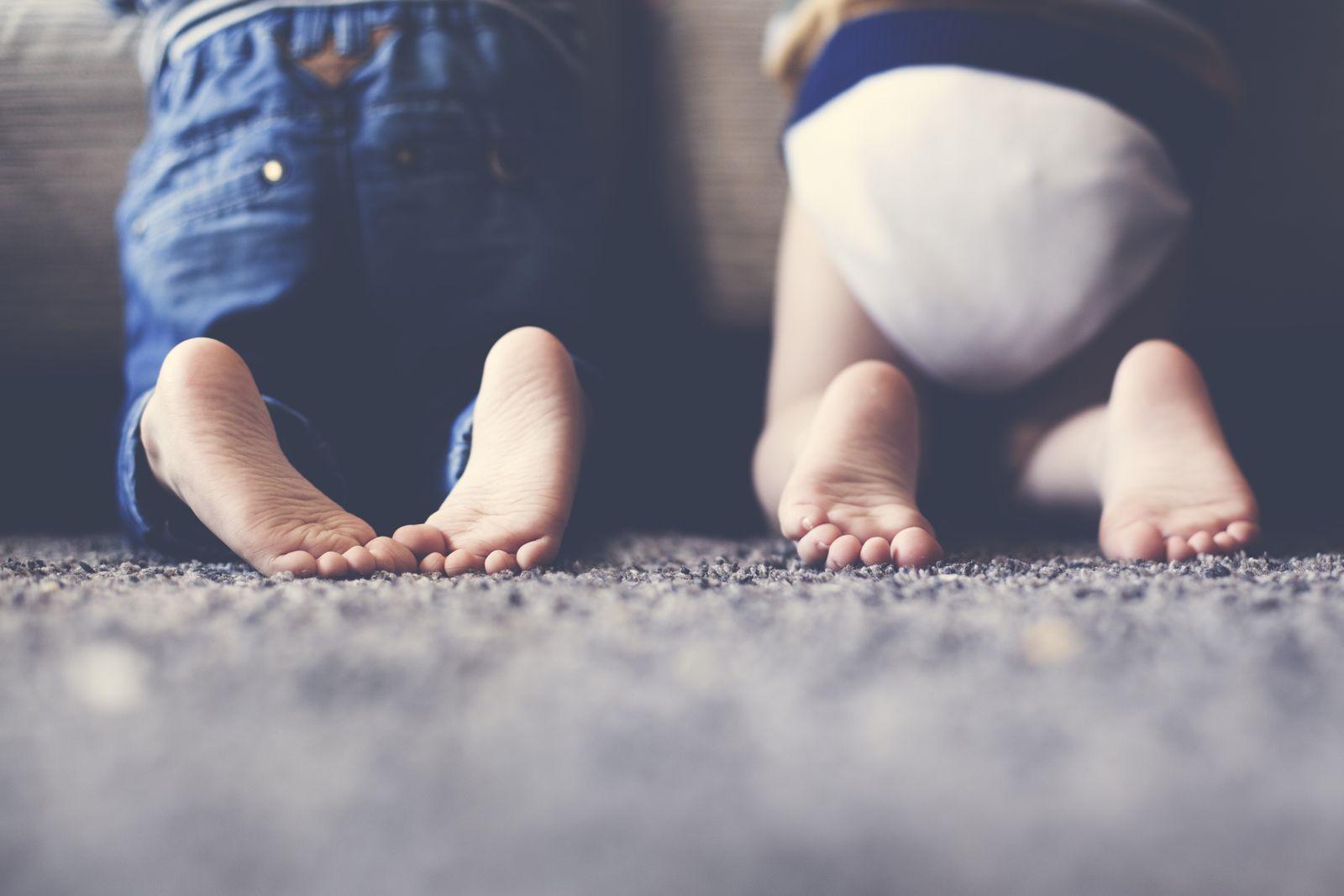 EINMALIGE VERWENDUNG Kinderfüße