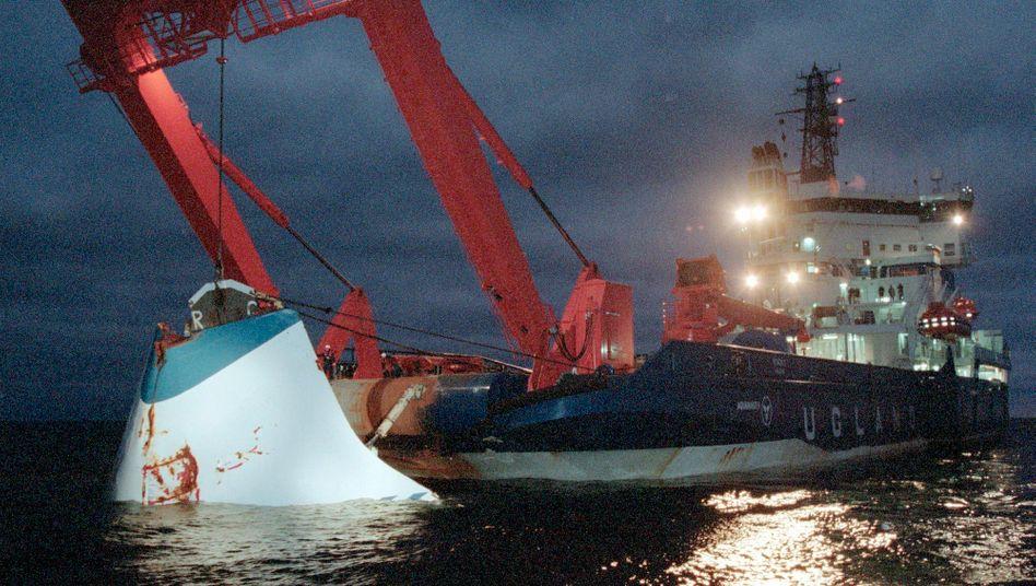 """1994: Ein Teil der gesunkenen """"Estonia"""" wird vom Boden der Ostsee geborgen"""