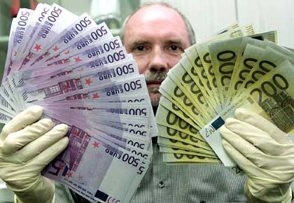 Kommissar mit Euro-Falschgeld: Umtausch im Reformhaus