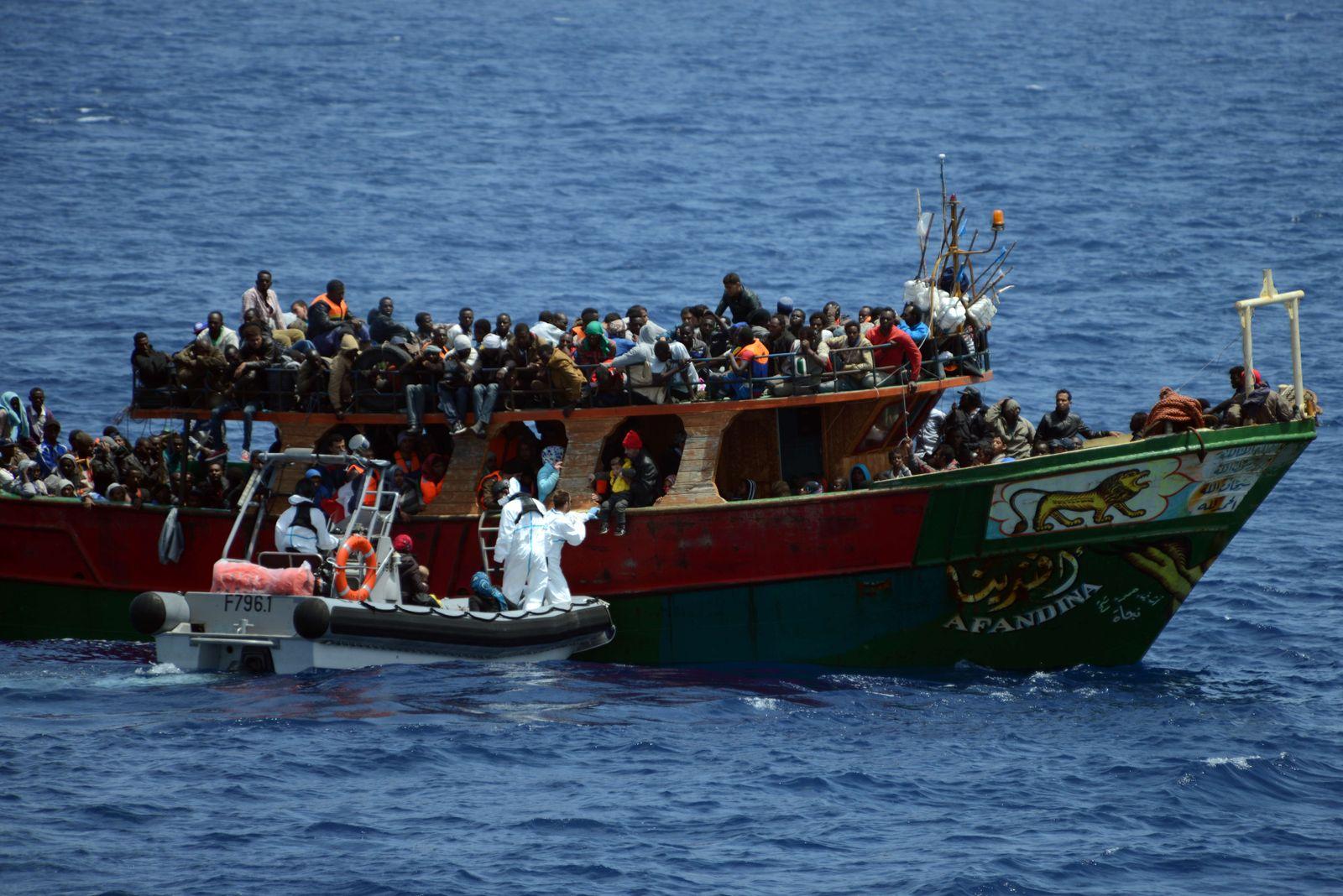 Mittelmeer: Französische Marine rettet Flüchtlinge