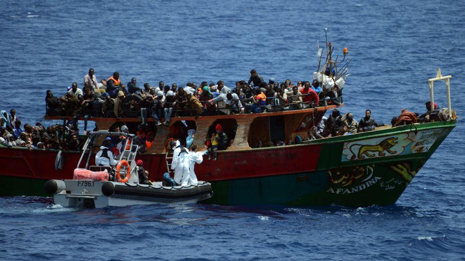 Rettungsaktion im Mittelmeer: Immer wieder geraten Flüchtlinge in Seenot
