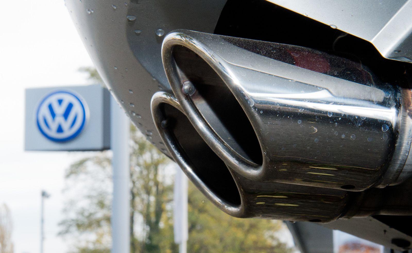 Volkswagen / Auspuff / VW-Schild