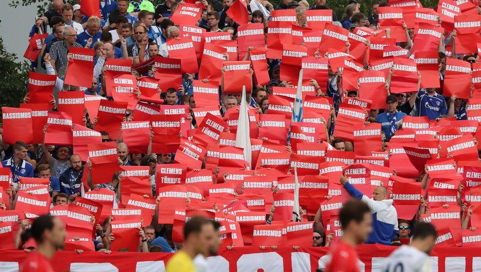 Protest von Schalke-Fans gegen Rassismus: Rote Karte für den Aufsichtsratsvorsitzenden